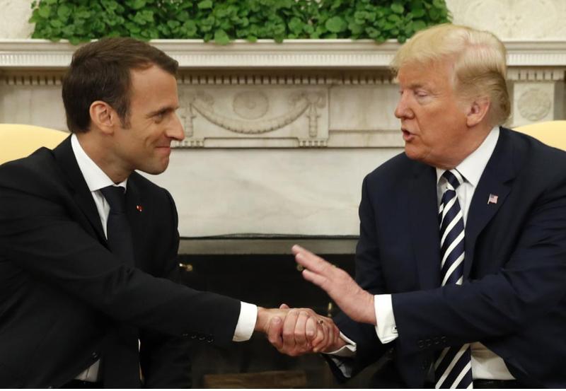 Tổng thống Mỹ Donald Trump (phải) và Tổng thống Pháp Emmanuel Macron gặp song phương tại phòng Bầu dục ở Nhà Trắng ngày 24-4. Ảnh: REUTERS