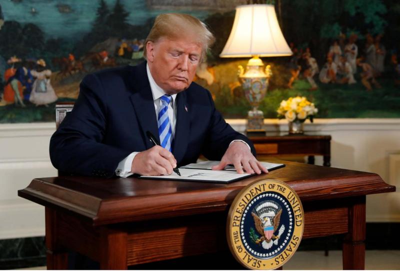 Tổng thống Mỹ Donald Trump ký tuyên bố về ý định rút khỏi thỏa thuận hạt nhân Iran, tại Nhà Trắng ngày 8-5. Ảnh: REUTERS