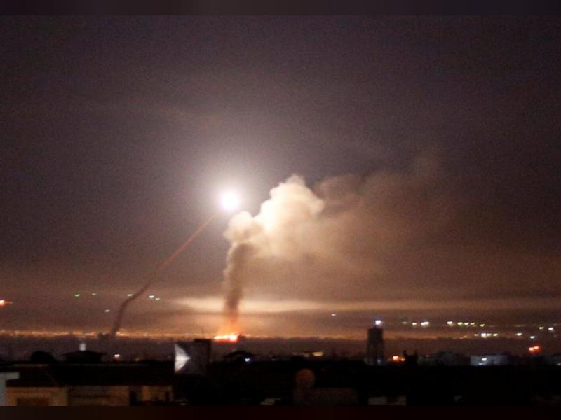 Tên lửa Israel bay trên bầu trời thủ đô Damascus (Syria) sáng sớm 10-5. Ảnh: REUTERS