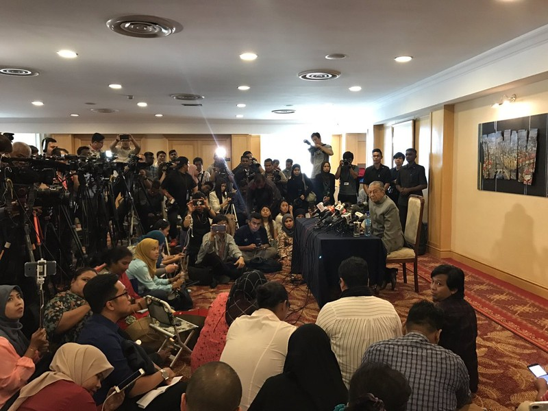 Tân Thủ tướng Mahathir Mohamad tại cuộc họp báo ngày 14-5, tuyên bố sẽ điều tra mọi sai phạm của chính phủ cũ. Ảnh: TWITTER