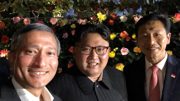 (Từ trái sang) Ngoại trưởng Singapore Vivian Balakrishman, lãnh đạo Triều Tiên Kim Jong-un, Bộ trưởng Giáo dục Singapore Ong Ye Kung thăm công viên Gardens by the Bay (Singapore) tối 11-6. Ảnh: TWITTER