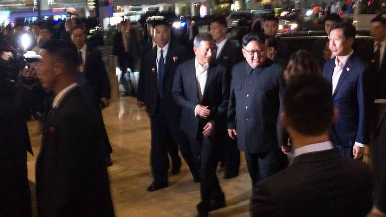 Lãnh đạo Triều Tiên Kim Jong-un (giữa, mang kiếng)tham quan công viên Gardens by the Bay (Singapore) tối 11-6. Ảnh: CNA