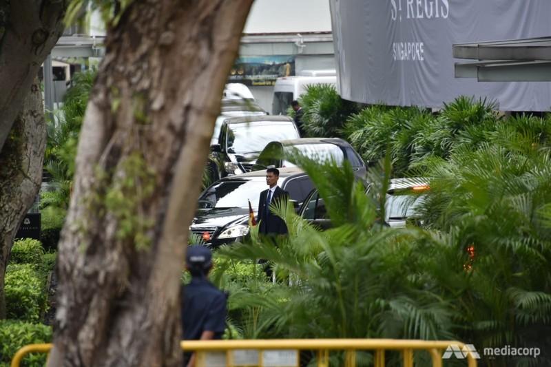 Đoàn xe chở lãnh đạo Triều Tiên Kim Jong-un trên đường tiến về khách sạn Capella, nơi tổ chức thượng đỉnh Mỹ-Triều, sáng 12-6. Ảnh: CNA
