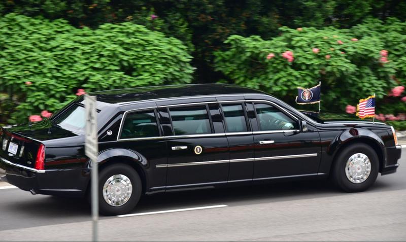 Đoàn xe chở Tổng thống Mỹ Doanld Trump trên đường tiến về khách sạn Capella, nơi tổ chức thượng đỉnh Mỹ-Triều, sáng 12-6. Ảnh: CNA