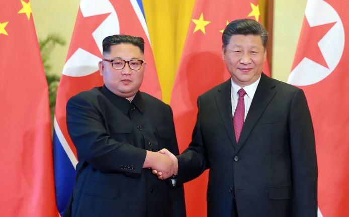 Chủ tịch Trung Quốc Tập Cận Bình (phải) tiếp lãnh đạo Triều Tiên Kim Jong-un tại Đại lễ đường Nhân dân Bắc Kinh ngày 19-6. Ảnh: AFP