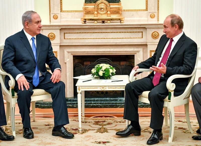 Tổng thống Nga Vladimir Putin (phải) tiếp Thủ tướng Israel Benjamin Netanyahu tại Điện Kremlin (Nga) ngày 11-7. Ảnh: NYT