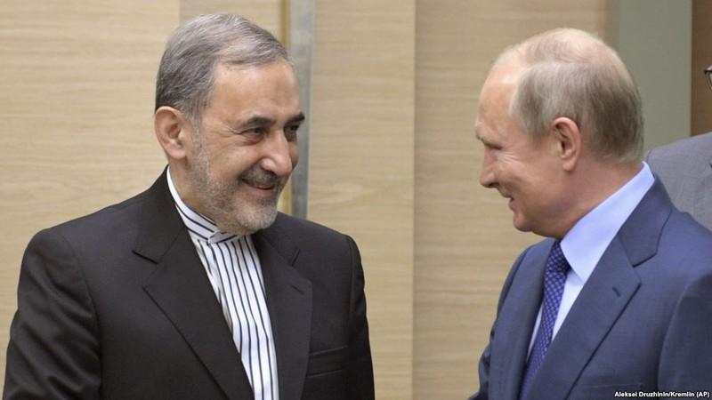 Ông Ali Akbar Velayati - đặc phái viên cấp cao của lãnh đạo tối cao Iran Ayatollah Ali Khamenei (trái) gặp Tổng thống Nga Vladimir Putin ngày 12-7. Ảnh: AP