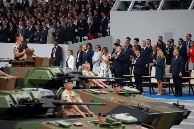 Vợ chồng Tổng thống Mỹ Donald Trump (đứng hàng đầu, giữa) tham dự lễ duyệt binh mừng Quốc khánh Pháp 14-7-2017. Ảnh: REUTERS