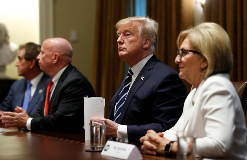 Tổng thống Mỹ Donald Trump (thứ hai từ phải sang) trong cuộc họp nội các tại Nhà Trắng ngày 17-7. Ảnh: REUTERS