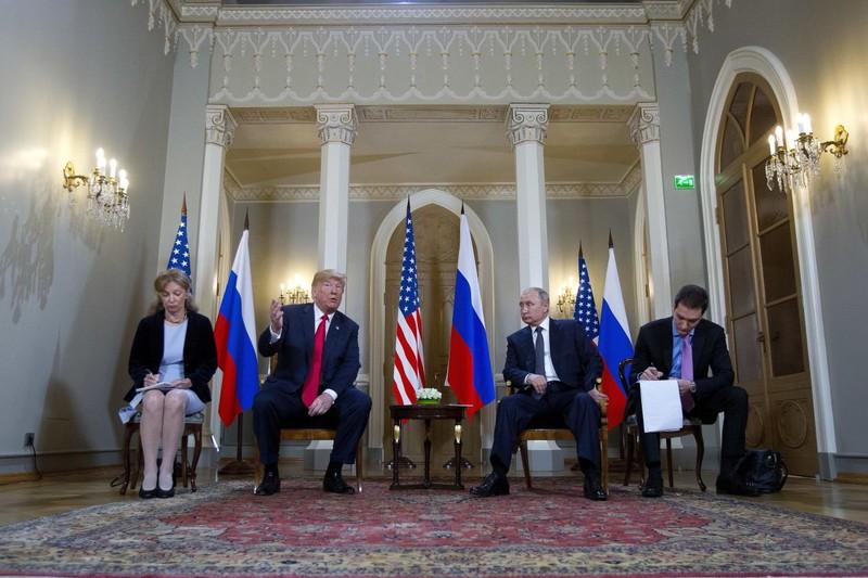 Tổng thống Mỹ Donald Trump và Tổng thống Nga Vladimir Putin chuẩn bị gặp riêng trong khuôn khổ thượng đỉnh Mỹ-Nga. Ảnh: AP