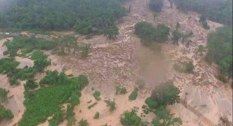 7 ngôi làng trong tỉnh Attapeu bị ngập hoàn toàn sau khi một đập phụ thuộc dự án thủy điện Xi-Pian Xe-Namnoy ở Lào vỡ tối 23-7. Ảnh: THE STANDARD