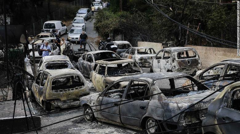 Xe cộ bị lửa thiêu rụi giữa đường. Ảnh: CNN