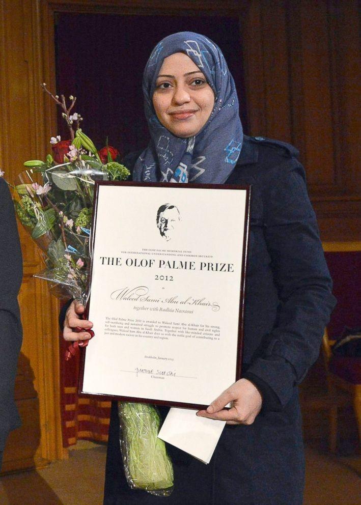 Cô Badawi nhận giải Olof Palme vinh danh các hoạt động nhân quyền tại trụ sở Quốc hội Thụy Điển ngày 25-1-2013. Ảnh: ABC NEWS