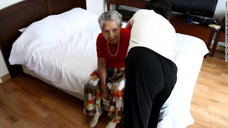 Mẹ con gặp lại sau 68 năm. Ảnh: CNN