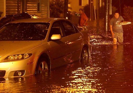 Ngập lụt ở TP New Bern, bang North Carolina (Mỹ) khuya 13-9 vì bão Florence. Ảnh: USA TODAY