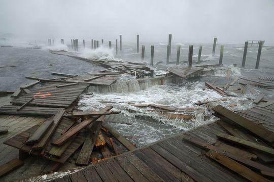 Cầu cảng bị phá hủy ở Atlantic Beach, bang North Carolina (Mỹ) ngày 13-9  do bão Florence. Ảnh: GETTY IMAGES