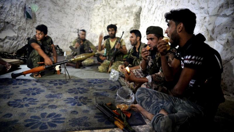 Các tay súng phe nổi dậy Syria ẩn náu trong một hang động bên ngoại TP Jisr al-Shughur ở tỉnh Idlib (Syria) ngày 9-9. Ảnh: AP
