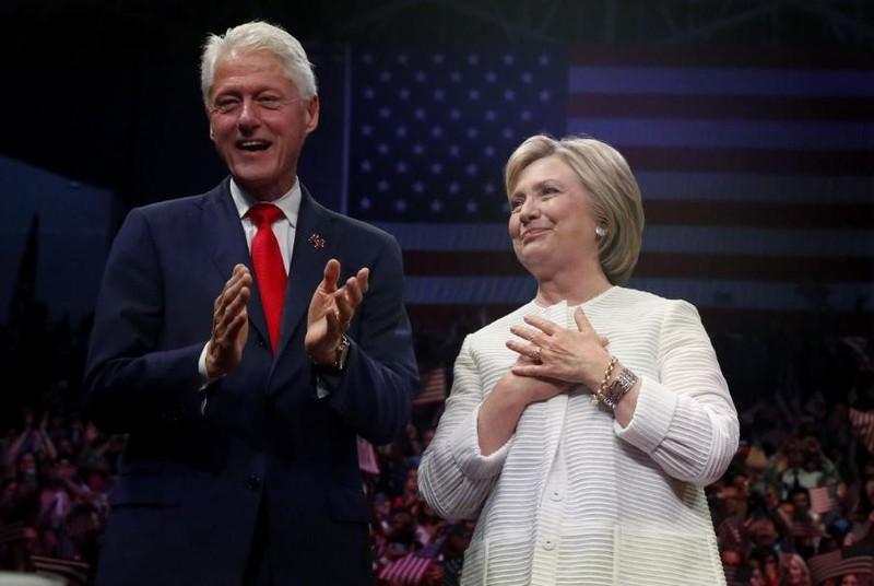 Cựu Ngoại trưởng, cựu ứng viên tổng thống Dân chủ Hillary Clinton và chồng là cựu Tổng thống Bill Clinton. Ảnh: REUTERS