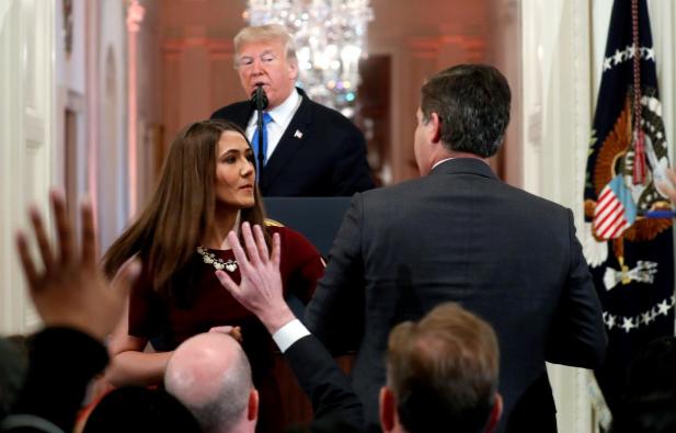 Nhà báo Acosta cố giữ micro dù nhân viên Nhà Trắng muốn lấy lại. Ảnh: REUTERS