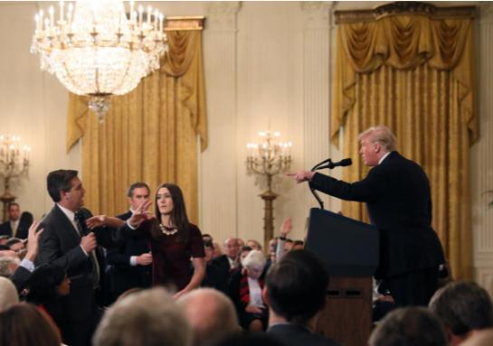 Ông Trump chỉ tay và có những lời lẽ nặng nề với ông Acosta. Ảnh: REUTER