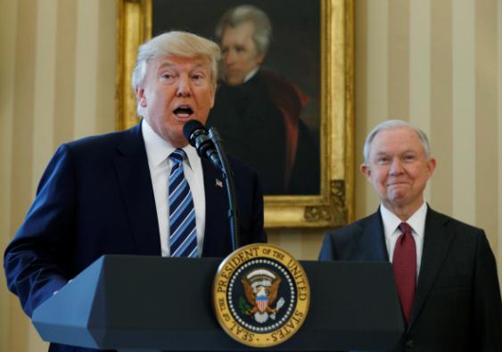 Tổng thống Donald Trump (trái) phát biểu trong lễ nhậm chức của Bộ trưởng Tư pháp Jeff Sessions (phải) tại Nhà Trắng ngày 9-2-2017. Ảnh: REUTERS