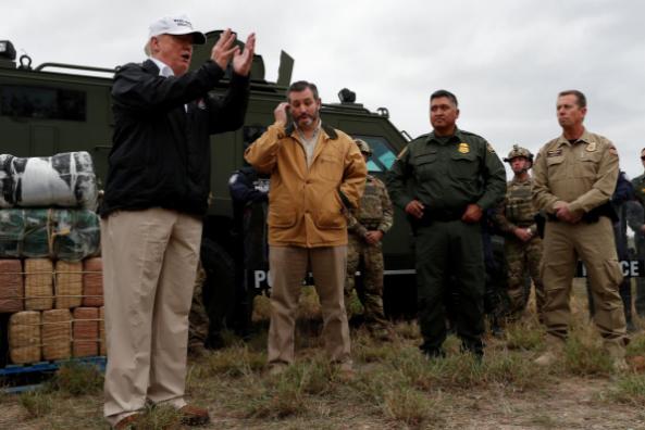 Tổng thống Mỹ Donald Trump (trái) đến vùng biên giới thị trấn Mission, bang Texas (Mỹ) – Mexico ngày 10-1, ra sức nói về tính cần thiết phải xây tường ngăn biên giới. Ảnh: REUTERS
