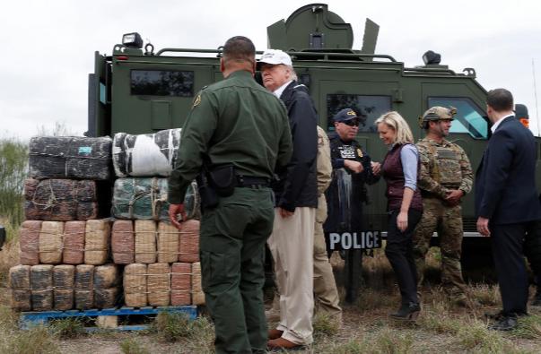 Tổng thống Mỹ Donald Trump (giữa, đội mũ) đến vùng biên giới thị trấn Mission, bang Texas (Mỹ) – Mexico ngày 10-1. Ảnh: REUTERS
