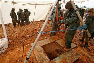 Binh sĩ Israel tại khu vực phát hiện một đường hầm nối Lebanon với Israel, ngày 19-12-2018. Ảnh: AFP
