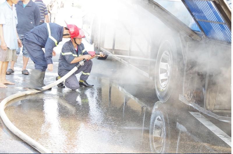 Xe cháy đùng đùng trên quốc lộ, 30 người  thoát hiểm - ảnh 1