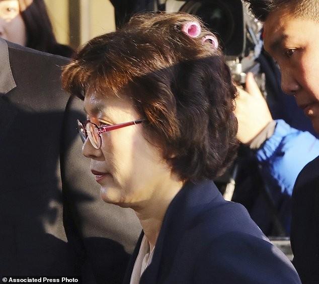 Thẩm phán Hàn Quốc gây sốt khi đeo lô cuốn tóc tới tòa - ảnh 1