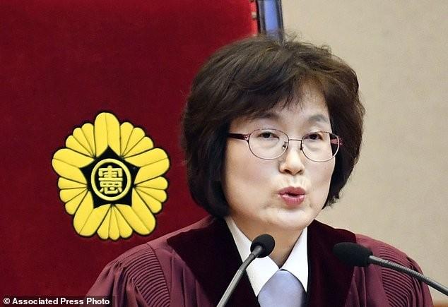 Thẩm phán Hàn Quốc gây sốt khi đeo lô cuốn tóc tới tòa - ảnh 3