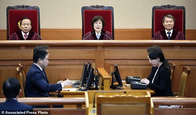 Thẩm phán Hàn Quốc gây sốt khi đeo lô cuốn tóc tới tòa - ảnh 4