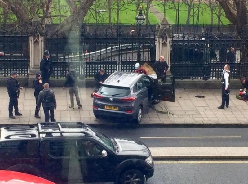 Tông xe, nổ súng trước cửa tòa nhà Quốc hội Anh - ảnh 2