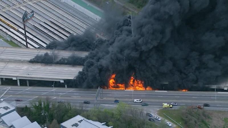 Cháy lớn làm sập đường cao tốc trên cao ở Mỹ - ảnh 1