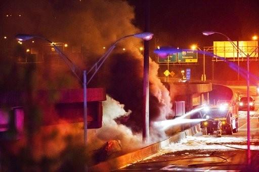 Cháy lớn làm sập đường cao tốc trên cao ở Mỹ - ảnh 3