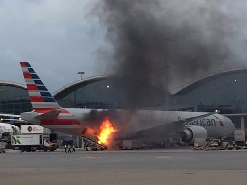 Đứng tim khi xe hàng bốc cháy sát đuôi máy bay - ảnh 1