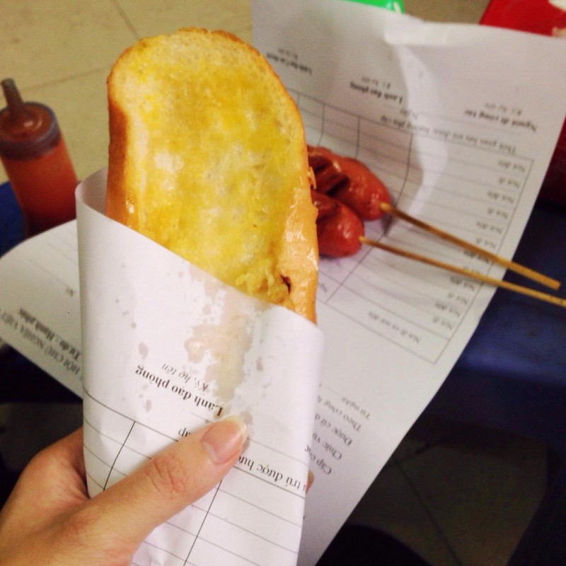 Gói bánh mì bằng giấy báo coi chừng bị phạt - ảnh 1