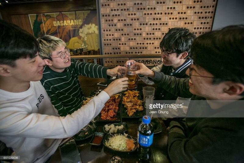 Mừng tổng thống bị phế truất, dân Hàn Quốc ... ăn gà  - ảnh 2