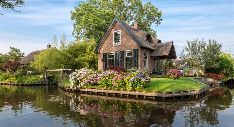 Ngất ngây với những ngôi nhà phủ hoa đầy lối đi - ảnh 5