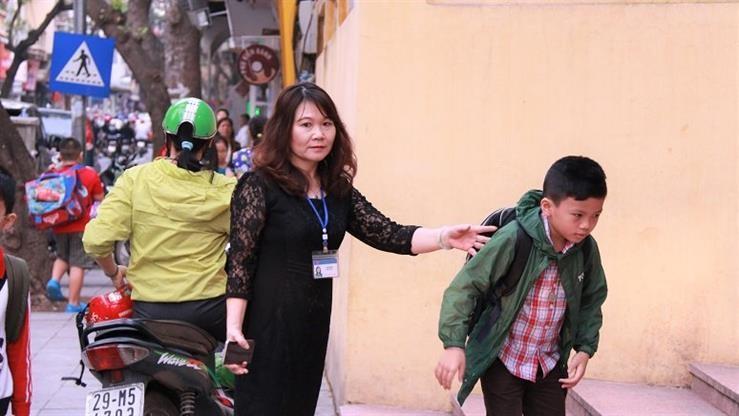 BT Phùng Xuân Nhạ khen giáo viên đón HS từ cổng trường - ảnh 1