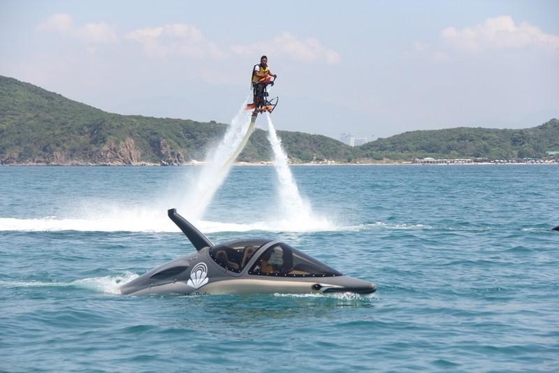 'Cưỡi' cá mập, cá heo tuyệt đẹp trên biển Nha Trang     - ảnh 4