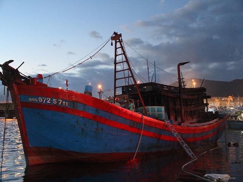 Cháy tàu cá, thiệt hại ban đầu gần 30.000 lít dầu - ảnh 1