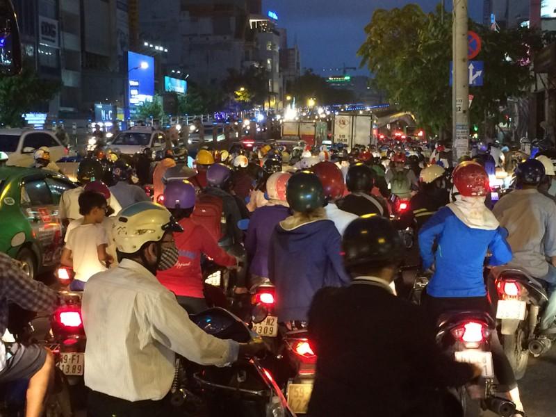 Người Sài Gòn chật vật về nhà sau cơn mưa tan tầm - ảnh 1