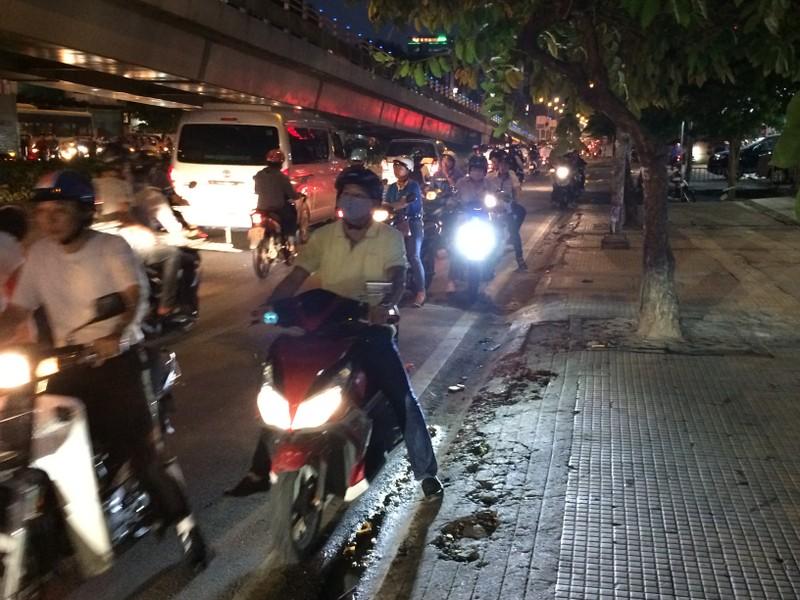 Người Sài Gòn chật vật về nhà sau cơn mưa tan tầm - ảnh 2