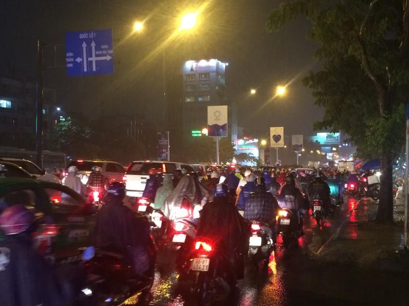 Người Sài Gòn chật vật về nhà sau cơn mưa tan tầm - ảnh 3
