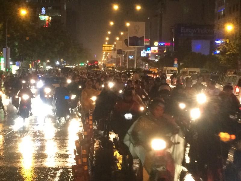 Người Sài Gòn chật vật về nhà sau cơn mưa tan tầm - ảnh 4