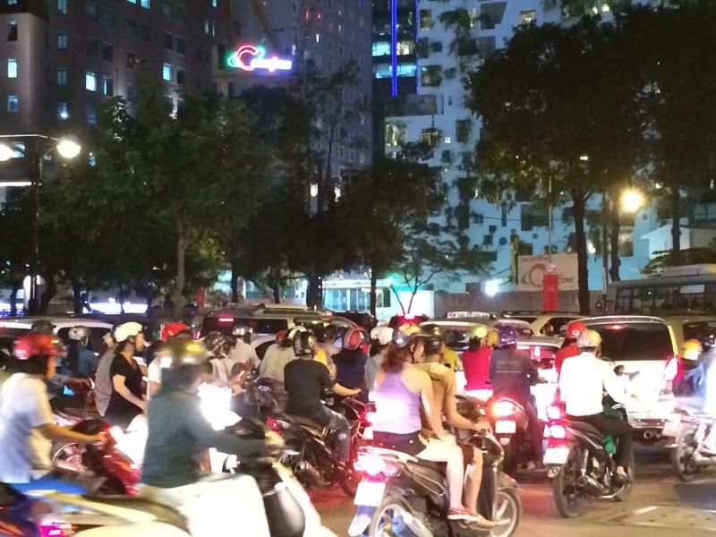 Người Sài Gòn chật vật về nhà sau cơn mưa tan tầm - ảnh 5