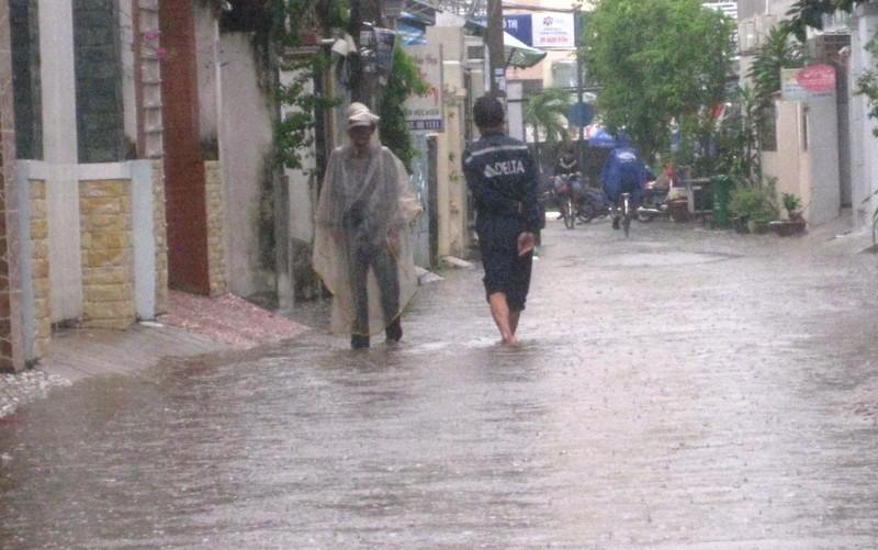 Cần Thơ mưa kéo dài, trung tâm thành phố ngập từ hẻm ra đường - ảnh 1
