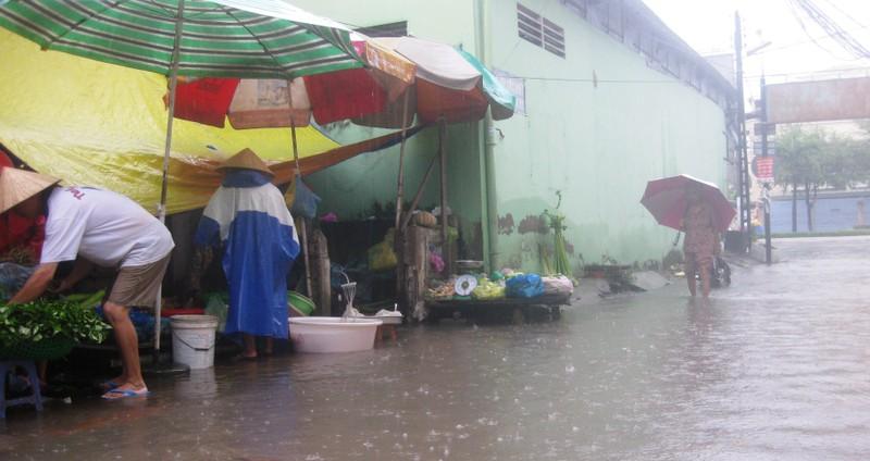 Cần Thơ mưa kéo dài, trung tâm thành phố ngập từ hẻm ra đường - ảnh 6