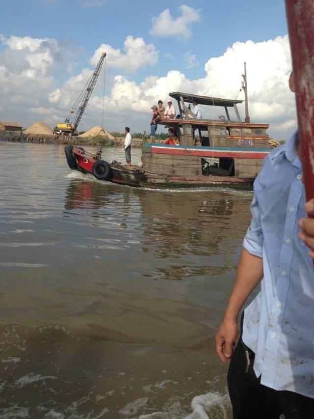 Đã bắt được cá sấu sổng chuồng bơi trên sông Xoài Rạp - ảnh 3